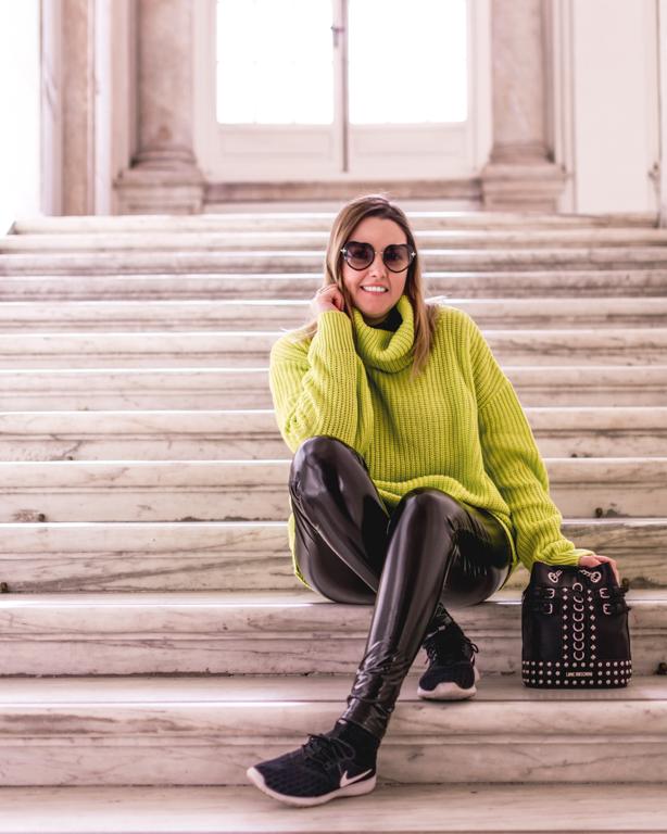 Occhiali a cuore, borchie e fluo: un look comodo e fashion