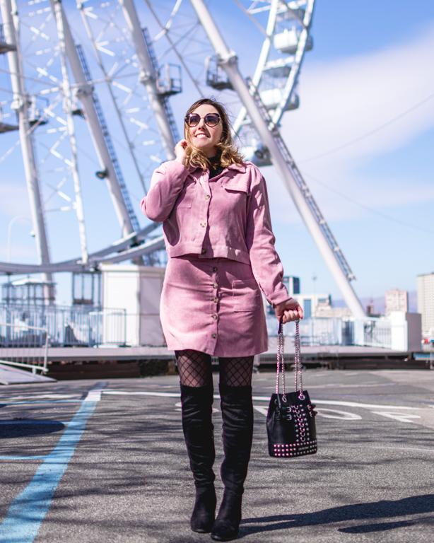 Look per la primavera in rosa: completo a costine e ruota panoramica